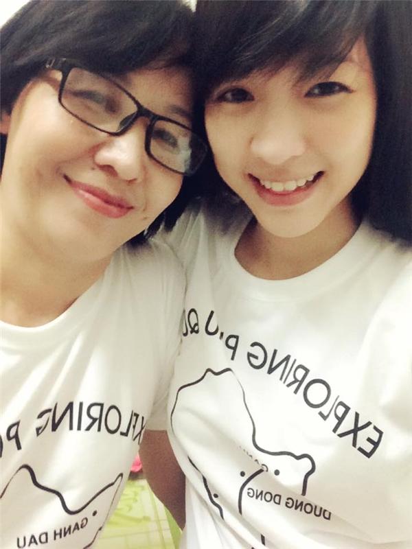 """Cô luôn dành cho mẹ tình cảm yêu thương. """"Bên mẹ là bình yên nhất"""" - Phương Thảo viết khi đăng ảnh chụp cùng mẹ."""