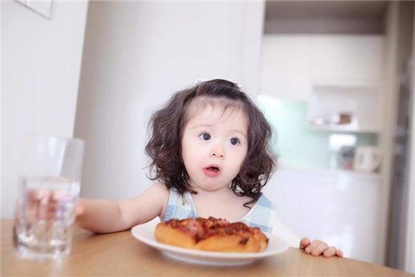 Phát sốt trước loạt ảnh cực yêu của con gái Elly Trần khi ăn pizza - Tin sao Viet - Tin tuc sao Viet - Scandal sao Viet - Tin tuc cua Sao - Tin cua Sao