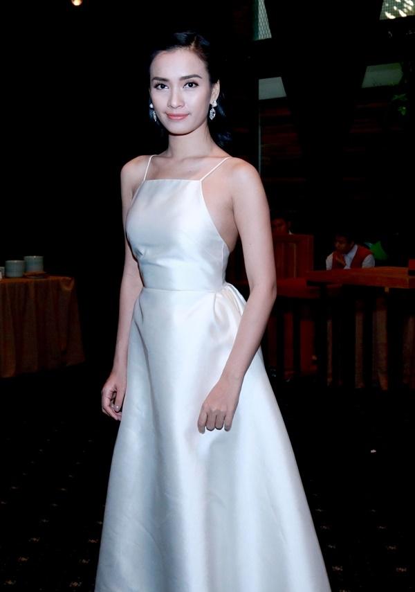 Nữ ca sĩ Ái Phương giản dị với chiếc đầm trắng tinh khôi đến chúc mừng thành công của chương trình. - Tin sao Viet - Tin tuc sao Viet - Scandal sao Viet - Tin tuc cua Sao - Tin cua Sao