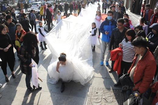 Người đi đường không khỏi xuýt xoa trước độ dàikhủng của váy. (Ảnh: Internet)