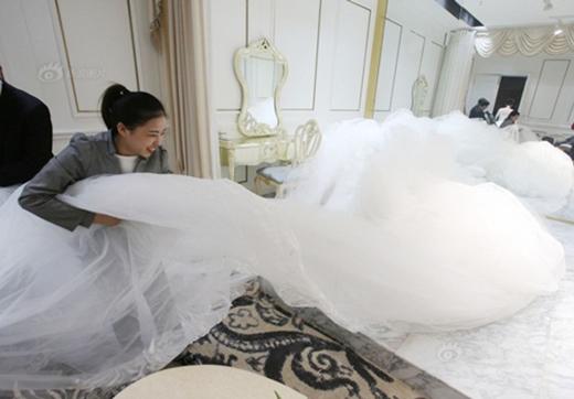 Nhà thiết kế muốn đem lại cho cô dâu vẻ đẹp sang trọngnhưng vẫn trẻ trung, quyến rũ. (Ảnh: Internet)
