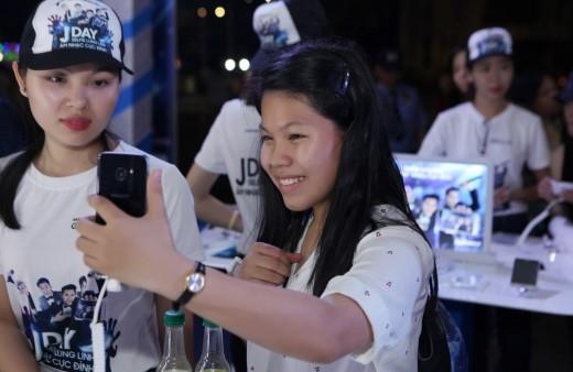 """Cũng từ rất sớm, các fan đã có mặt tại đêm hội, họ cùng nhau trải nghiệm các tính năng """"selfie"""" mới của Galaxy J3."""