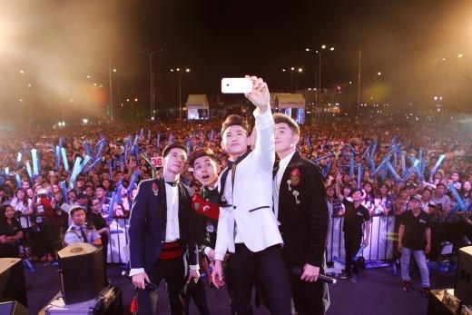 """Các chàng trai thân thiện còn chụp ảnh """"selfie""""cùng fan. Isaac chia sẻ, anh muốn ghi lại khoảnh khắc đáng nhớ này với lời cảm ơn chân thành nhất…"""