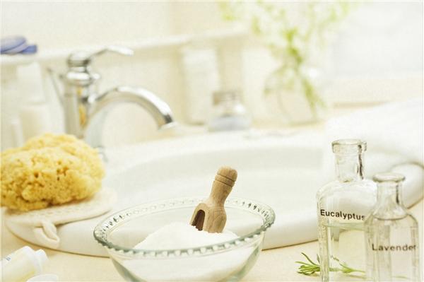 Tắm với muối và tinh dầu giúp bạn có làn da đẹp và tinh thần sảng khoái. (Ảnh: Internet)