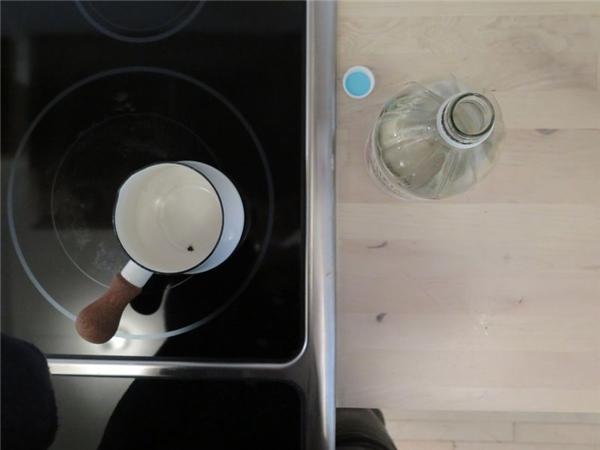 Bạn có thể dùng giấm trắng để khử mùi. (Ảnh: Internet)