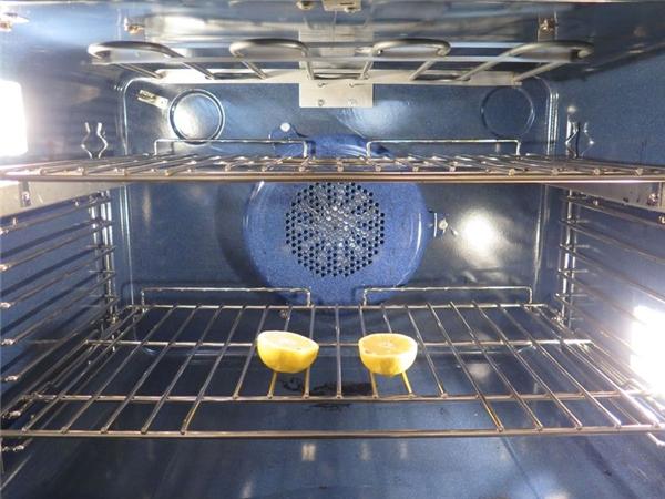 Dùng chanh dụ ruồi vào lò rồi dùng nhiệt độ thiêu nó vào sáng hôm sau. (Ảnh: Internet)