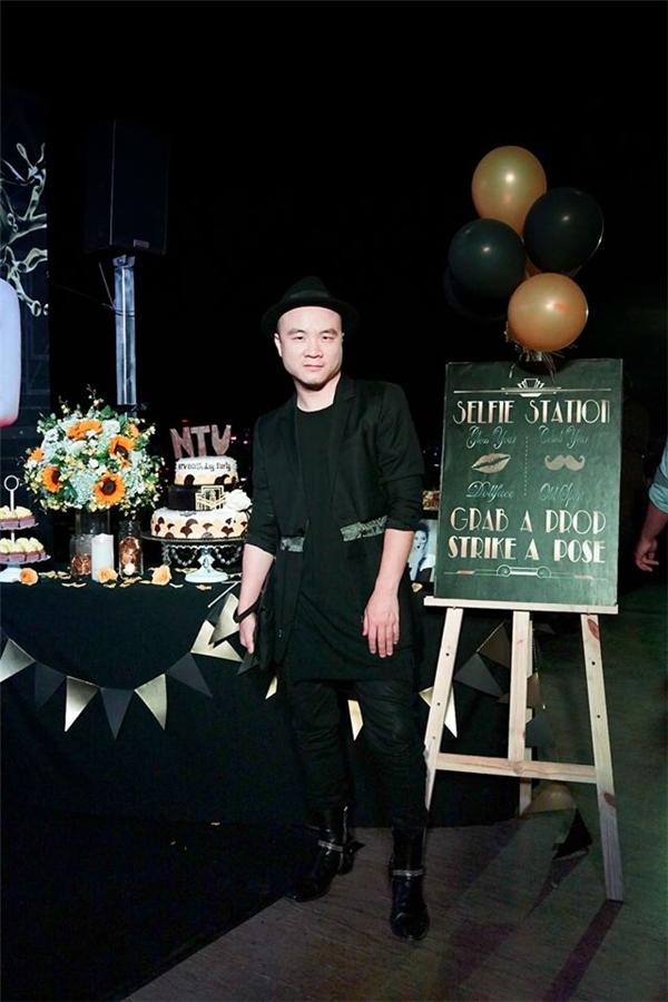 Dĩ nhiên, không thể thiếu sự góp mặt của nhà thiết kế đình đám trong làng thời trang Việt: Đỗ Mạnh Cường. - Tin sao Viet - Tin tuc sao Viet - Scandal sao Viet - Tin tuc cua Sao - Tin cua Sao