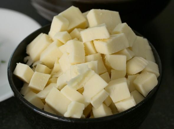 Cắtphô mai mozzarella thành những miếng nhỏ như thế này nhé!(Ảnh: Internet)