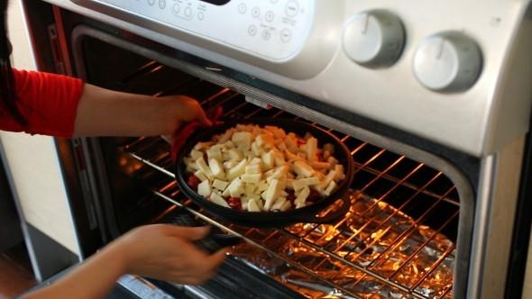 Làm nóng lò nướng trước khi sử dụngở mức nhiệt trung bình nhé! (Ảnh: Internet)