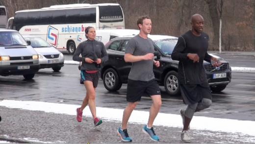Ông chủ Facebook Mark Zuckerberg cũng chỉ ngủ 5 giờ mỗi ngày, đồng thời áo quần của ông cũng chỉ 1 màu nhằm tiết kiệm thời gian lựa chọn. Bên cạnh công việc, ông thường xuyên tập thể dục và ăn uống đầy đủ để đảm bảo sức khỏe. (Ảnh: Internet)