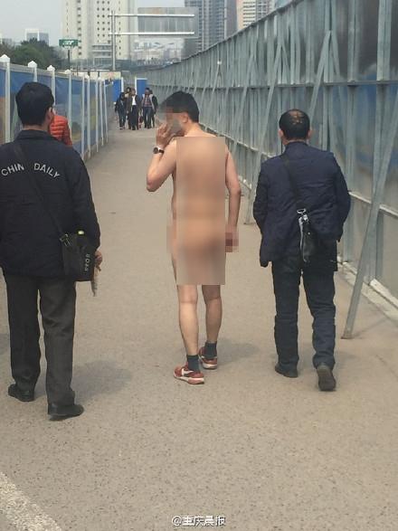Người đàn ông không thèm mặc đồ ra phố vì... buồn đời