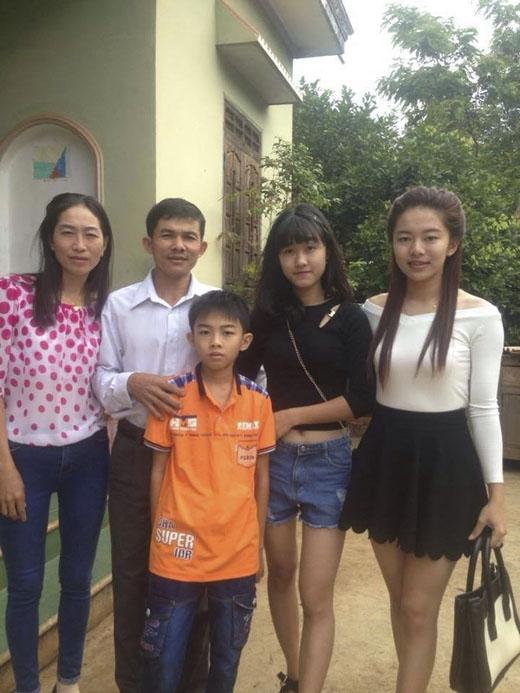 Thùy Trang (áo trắng) cùng với em gái và gia đình - ảnh: NVCC