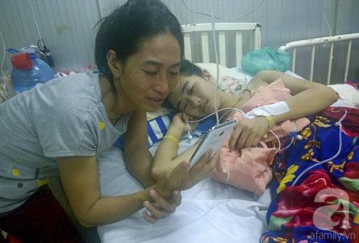 Do ở xa, nên Trang chỉ có thể trò chuyện với em gái và cha mẹ qua điện thoại.