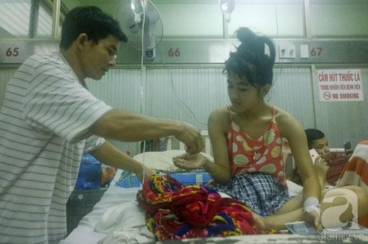 Anh Long chăm sóc con gái tại bệnh viện