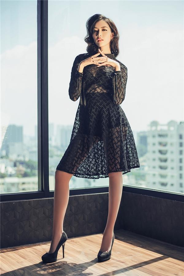Trên nền dáng váy xòe, cổ lọ truyền thống, Ngọc Quý trở nên gợi cảm, quyến rũ hơn với chất liệu xuyên thấu.