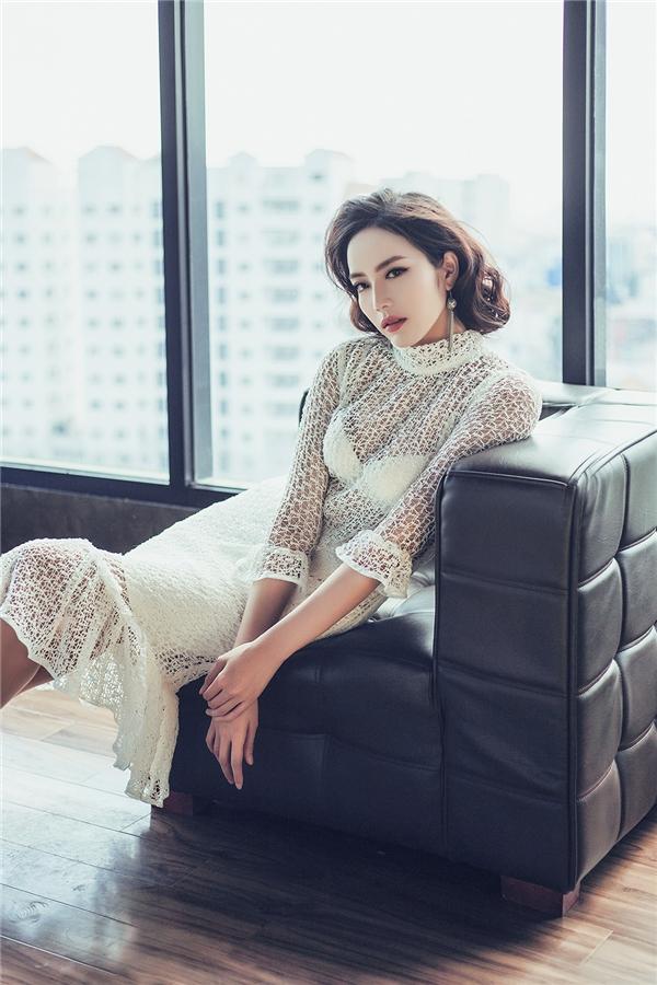 Sắc trắng mang đến vẻ ngoài tinh khôi, thanh lịch cho Giải bạc Siêu mẫu Việt Nam 2015. Thiết kế ôm sát cơ thể giúp phái đẹp phô diễn trọn vẹn đường cong trên cơ thể.
