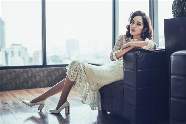 Phần chân váy kết hợp chi tiết dún bèo hợp xu hướng giúp thiết kế trở nên bớt đơn điệu.