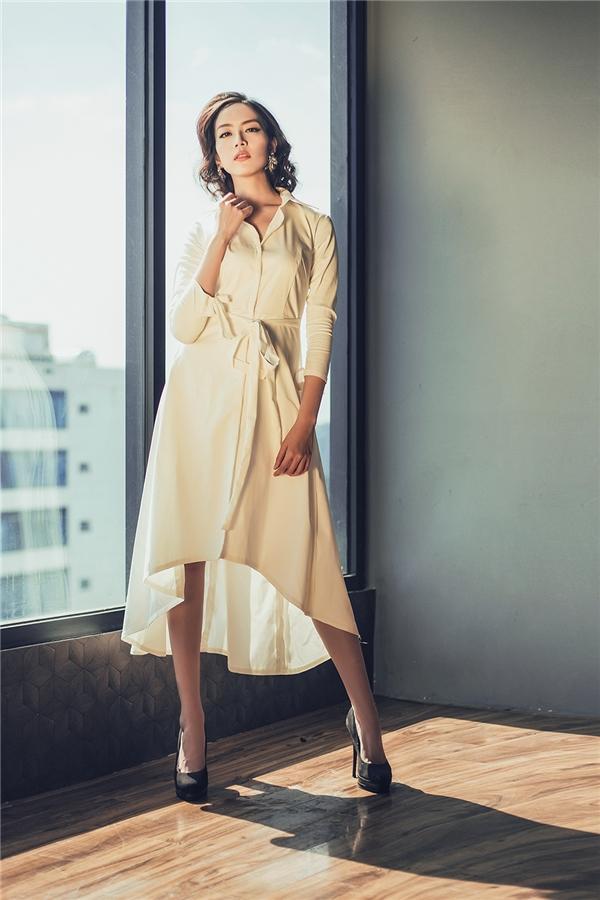 Với những cô nàng ưa chuộng vẻ ngoài cổ điển, đơn giản nhưng vẫn sang trọng, quý phái thì chiếc váy xòe lấy phom từ áo sơ mi truyền thống này sẽ là một gợi ý tuyệt vời.