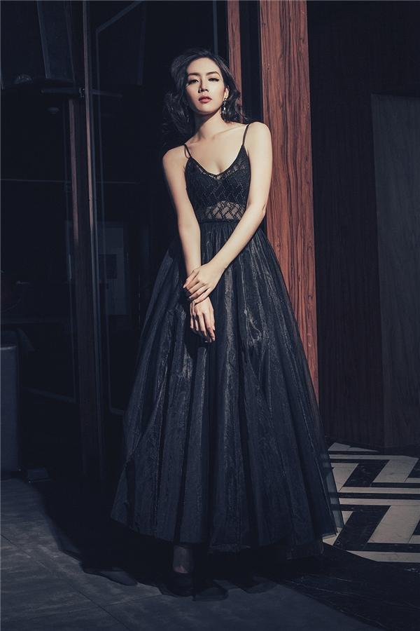Cô nàng điệu đà với dáng váy xòe được thực hiện trên nền vải voan mỏng tang. Thiết kế hòa hợp giữa nét cổ điển cùng tinh thần hiện đại, gợi cảm, táo bạo.