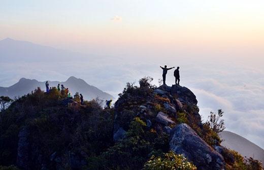 Mây bồng bềnh trên đỉnh núi Bạch Mộc.