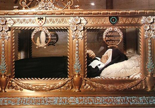 Thi thể cô đã được phủ sáp và được đặt trong một hòm đựng thánh tích vàng ở Giáo đường Thánh Bernadette cho đến ngày nay. (Ảnh: Internet)
