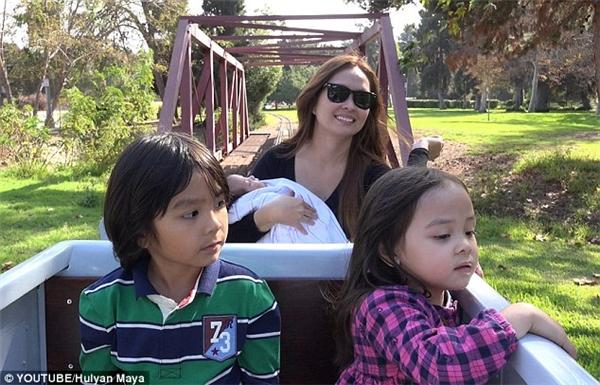 Chị Rhea bế con trai út Marxlen còn hai anh em Hulyan và Maya tỏ ra cực kì thích thú với trò chơi tàu lửa.(Ảnh: Daily Mail)