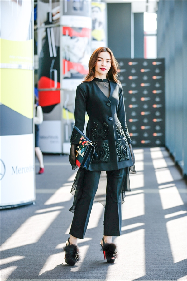Hồ Ngọc Hà diện cả cây đen ấn tượng được Công Trí thiết kế riêng. Bộ trang phục này được lấy nguồn cảm hứng chung với bộ sưu tập mà Công Trí giới thiệu.