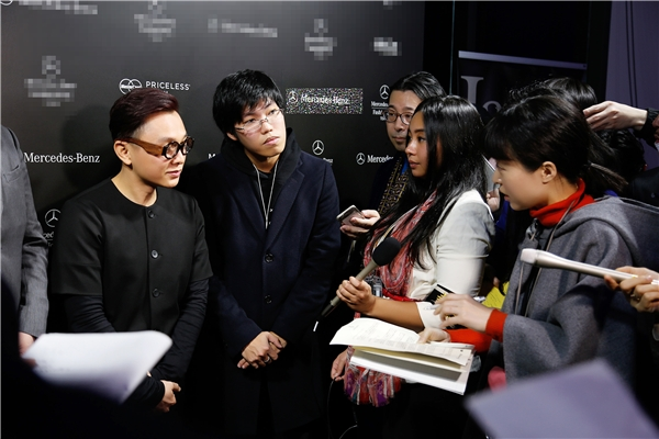 Sau buổi diễn, Công Trí được vây quanh bởi hàng loạt cơ quan báo đài tại Nhật Bản và thế giới.