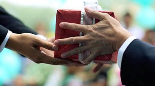 Vừa nói chuyện vừa trao quà qua taysẽ khiến người khác nhận món đồ như một bản năng.(Ảnh: Internet)