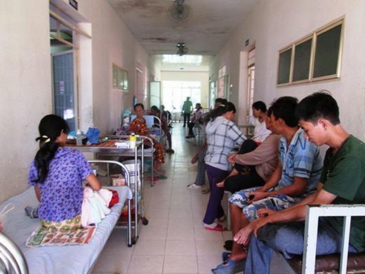 Người đàn ông nói chuyện điện thoại oang oang giữa hành lang bệnh viện khiến nhiều người khó chịu. (Ảnh minh họa)
