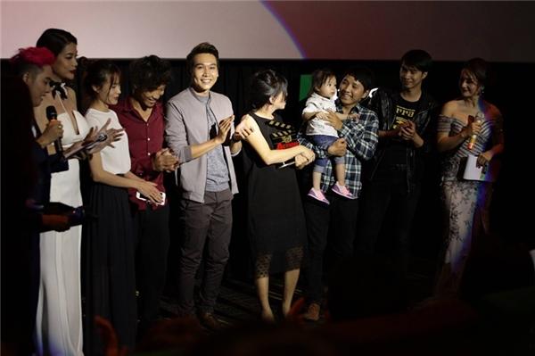 Trương Ngọc Ánh trao giải cho nhóm làm phim xuất sắc nhất. - Tin sao Viet - Tin tuc sao Viet - Scandal sao Viet - Tin tuc cua Sao - Tin cua Sao