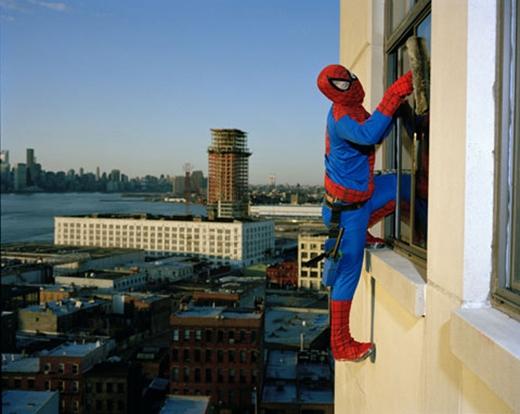 Có vẻ dịch vụ này sẽ hút khách khi thuê người nhện lau cửa sổ. (Ảnh: Internet)