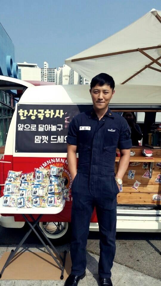 Ngoài đời thường, Jin Goo cũng rất nam tính và lịch lãm, không khác gì trung sĩ Seo Dae Young trong phim.