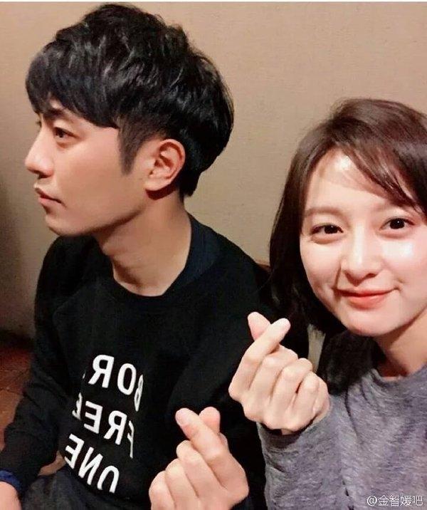 Mặc khoảng cách 12 tuổi, trung úy Yoon Myung Joo và thượng sĩ Seo Dae Young thường xuyên chụp ảnh nhí nhảnh ngoài đời.