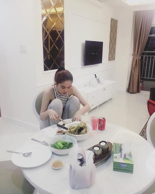 Vừa ngồi chồm hổm trên ghế vừa làm đồ ăn, hoàn toàn rũ bỏ hình ảnh một người mẫu kiêu sa. (Ảnh: Internet) - Tin sao Viet - Tin tuc sao Viet - Scandal sao Viet - Tin tuc cua Sao - Tin cua Sao