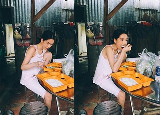 Ngồi gác một chân lên ghế ăn cơm phần rất vô tư. (Ảnh: Internet) - Tin sao Viet - Tin tuc sao Viet - Scandal sao Viet - Tin tuc cua Sao - Tin cua Sao