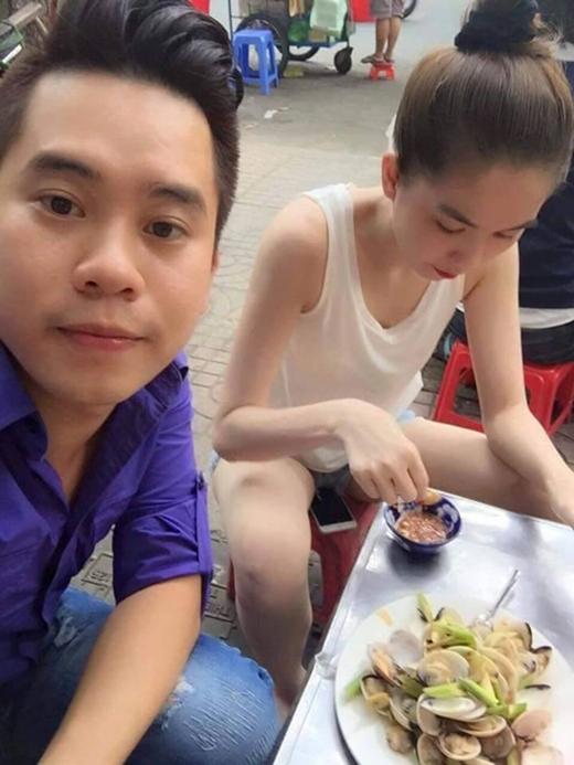 Trong một lần đi ăn quán vỉa hè, cô nàng cũng không ngần ngại ngồi dạng chân, điện thoại để ngay lên ghế ngồi thế này. (Ảnh: Internet) - Tin sao Viet - Tin tuc sao Viet - Scandal sao Viet - Tin tuc cua Sao - Tin cua Sao