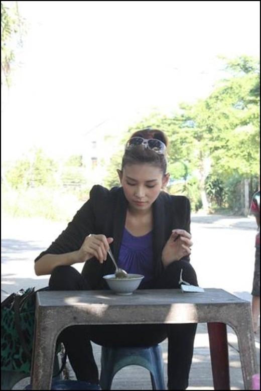 Dù ngồi dạng chân nhưng may cho VõHoàng Yến khi cô chọn quần legging đen trông vẫn khá kín đáo. (Ảnh: Internet) - Tin sao Viet - Tin tuc sao Viet - Scandal sao Viet - Tin tuc cua Sao - Tin cua Sao