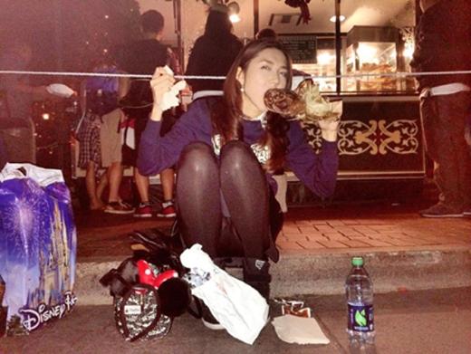 Cô người mẫu xinh đẹp vô tư ngồi vỉa hè gặp đùi gà, dù đã khép chân nhưng trông vẫn khá phản cảm. (Ảnh: Internet) - Tin sao Viet - Tin tuc sao Viet - Scandal sao Viet - Tin tuc cua Sao - Tin cua Sao