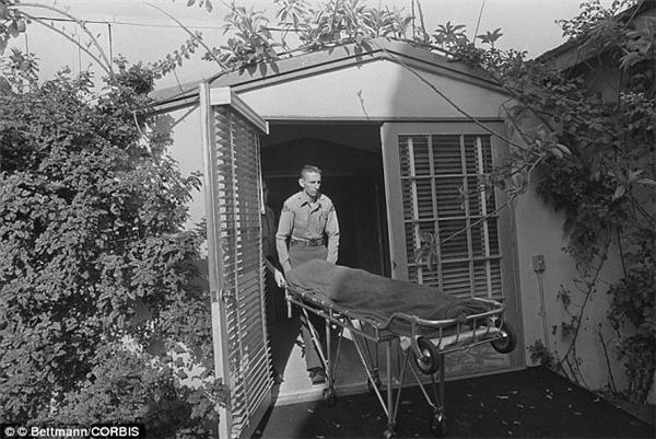 Sau khi khám nghiệm tử thi, cảnh sát đưa thi thể Marilyn đi khâm liệm.