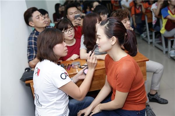 """Các bạn sinh viên đã được """"lột xác"""" sau 15 phút được các chuyên gia hỗ trợ. - Tin sao Viet - Tin tuc sao Viet - Scandal sao Viet - Tin tuc cua Sao - Tin cua Sao"""
