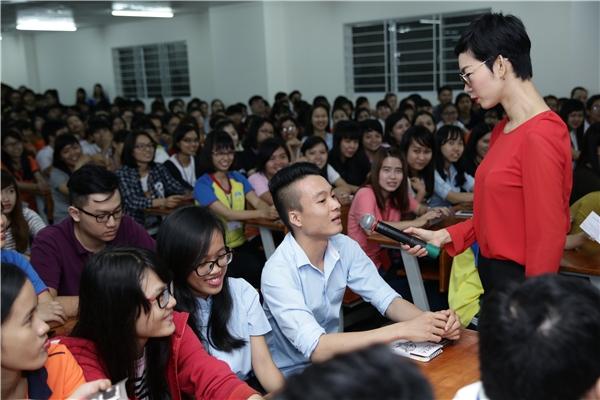 """Xuân Lan """"cháy hết mình"""" cùng sinh viên ĐH Hutech - Tin sao Viet - Tin tuc sao Viet - Scandal sao Viet - Tin tuc cua Sao - Tin cua Sao"""
