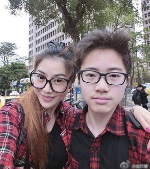 Khi chụp ảnh cùng cậu con trai kém gần 30 tuổi, Wu Wen Xuan khiến nhiều người khó tin cả hai là mẹ con. (Ảnh: Internet)