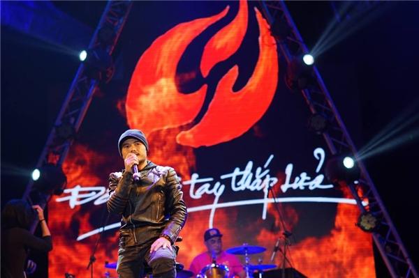 """ Nam ca sĩ có cơ hội đứng trên sân khấu """"cháy"""" hết mình với âm nhạc. - Tin sao Viet - Tin tuc sao Viet - Scandal sao Viet - Tin tuc cua Sao - Tin cua Sao"""