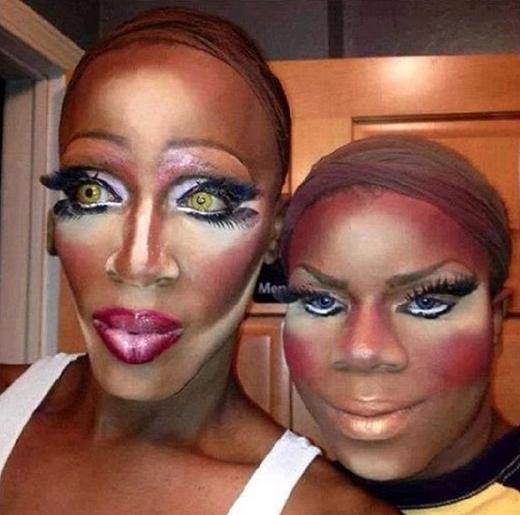 """Cặp đôi này quả thực là đang """"vẽ mặt"""" và điểm nhấn chính là cặp lông mi """"bá đạo"""" tôn lên nét dị và lạ của họ. (Ảnh: Internet)"""