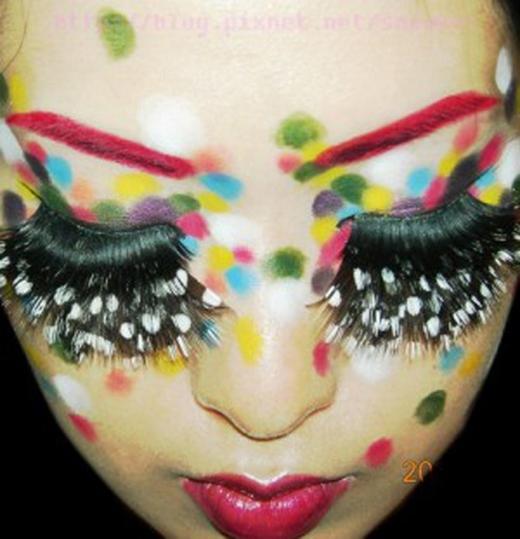 Lông mi nhiều tầng kèm chấm bi trắng và khuôn mặt trang điểm chấm bi nhiều màu sắc nhằm tôn lên sự nổi bật của đôi... tầng mi. (Ảnh: Internet)