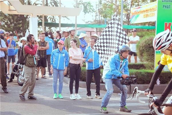 Lý Nhã Kỳ rạng rỡ trong buổi đua xe đạp tại quê nhà - Tin sao Viet - Tin tuc sao Viet - Scandal sao Viet - Tin tuc cua Sao - Tin cua Sao