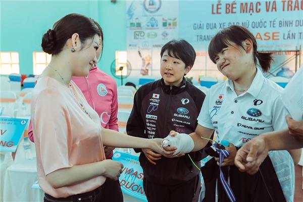 Lý Nhã Kỳ trò chuyện, thăm hỏi vận động viên Nhật Bản bị chấn thương. Cô vô cùng xúc động trước tinh thần thi đấu hết mình của họ. - Tin sao Viet - Tin tuc sao Viet - Scandal sao Viet - Tin tuc cua Sao - Tin cua Sao