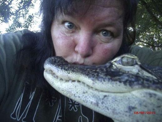 Nhận nuôi chú cá sấu 15 tuổi này cách đây 11 năm, giữa cô Mary và Rambo đã có rất nhiều kỉniệm đáng nhớ. (Ảnh: Internet)