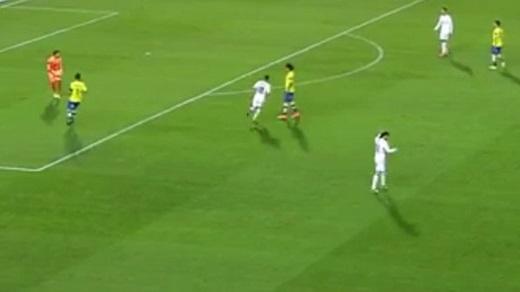 Đó là tình huống diễn ra trong hiệp 1. Ở thời điểm Las Palmas đang triển khai bóng, Gareth Bale gần như đứng ngoài trận đấu khi anh bận rộn chỉnh sửa mái tóc của mình. Tổng cộng, tiền vệ này đã mất tới 25 giây để hoàn thành công việc cá nhân trong lúc các đồng đội nai lưng ra phòng thủ tình huống tấn công của đội chủ nhà.